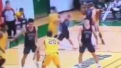 Le pega un codazo a un rival en la cara delante del árbitro... que no pita falta