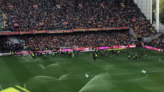 Nuevo lío en Francia: los ultras del Lens invaden el césped y paran el partido ante el Lille