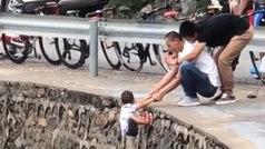 Cuelgan a su hijo de un enorme acantilado... ¡para hacerle un foto!