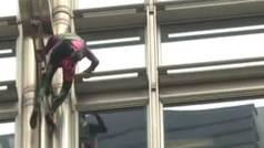 "El 'Spiderman francés' se juega la vida ""por la paz"": Escala un rascacielos de 68 pisos en Hong Kong"