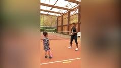 Serena Williams enseña a su hija Olympia a jugar al tenis