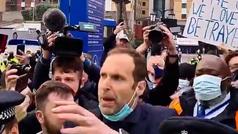 Petr Cech tuvo que calmar a la afición del Chelsea para que el autobús llegase al estadio