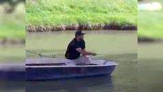 El golpe de golf más surrealista: en barca para poder jugar la bola. European Tour