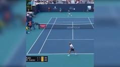 La promesa del tenis español Nicola Kuhn colapsa por calambres en el Masters 1.000 de Miami
