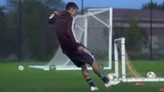 El efecto paranormal de Chucky Lozano: Mete gol desde varios metros detrás de la portería