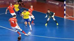 El inexplicable obús de un jugador ruso en la final ante Brasil... ¡en su portería!