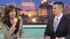 ¿Qué quiere decir la presentadora con sus gestos? Su compañero alucina