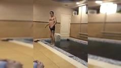 La peor manera de tirarse de espaldas a una piscina: el resultado es catastrófico