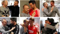 Emotiva visita de Iniesta a sus excompañeros en Barcelona