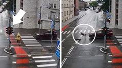 Se salta un semáforo en rojo a toda velocidad con su patinete eléctrico y se lo llevan por delante