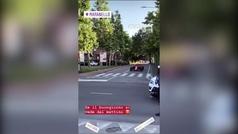 Un Ferrari rodando por las calles de Maranello