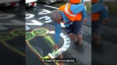 La cara oculta del Tour para disimular los penes dibujados en la carretera
