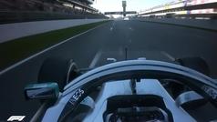 ¿Para qué acerca Hamilton el volante a su pecho y luego lo aleja?