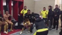 Ni las muletas frenan las ganas de baile de Maradona