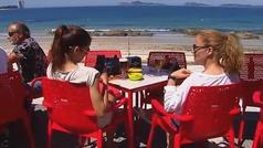Los españoles eligen viajar en agosto, en pareja y durante 8 días