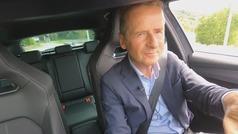 Herbert Diess, presidente de grupo Volkswagen felicita a Wayne Griffiths por el Cupra León
