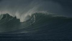 Naxto González surfea una ola de más de 10 metros en Vizcaya
