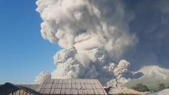 El volcán indonesio Sinabung emite una columna de humo de 5.000 metros de altura