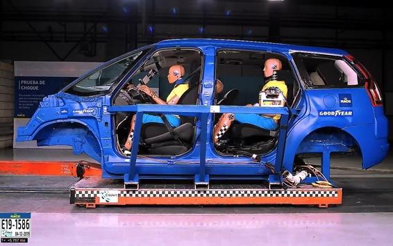 Cómo una postura incorrecta y objetos sueltos en el coche te pueden matar al volante
