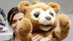 Monopoly con asistente de voz o un oso 'inteligente': la tecnología invade los juguetes de esta navidad