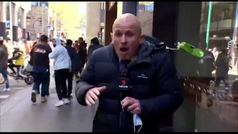 Los negacionistas del coronavirus agreden en directo a un reportero en Melbourne