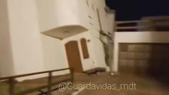 Espectacular derrumbe de una casa en una playa de Argentina