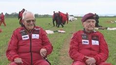 Dos paracaidistas británicos repiten el salto que realizaron el Día-D