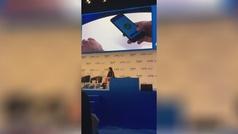 'Biohacking' en el MWC: Sabadell implanta un chip que permite pagar con la mano