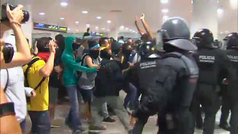 Los Mossos cargan en el aeropuerto de El Prat