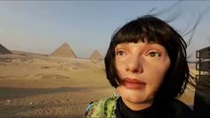 Así es Ai-Da, el robot artista hiperrealista que exhibe su obra junto a las pirámides de Giza
