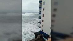 El edificio cuyo balcón fue arrasado por una ola se construyó sobre el mar