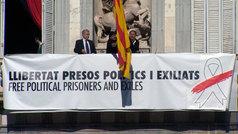 Tapan el lazo amarillo de la Generalitat con otra pancarta