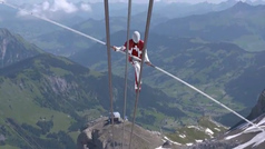 Un acróbata suizo supera tres records del mundo sobre un glaciar alpino
