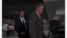 Goldfinger - el agente Q mostrando a 007 los gadgets del DB5