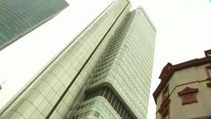 El 'Spiderman francés' escala sin protección este rascacielos de 154 metros y 42 pisos en Frankfurt