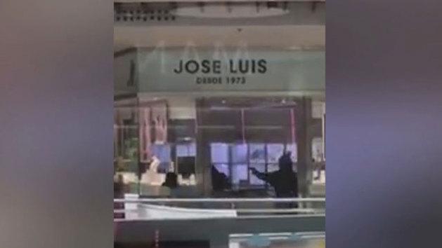 Espectacular atraco a plena luz del día en una joyería de un centro comercial de Castelldefels