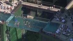 Inaugurada una espectacular piscina entre edificios en Londres