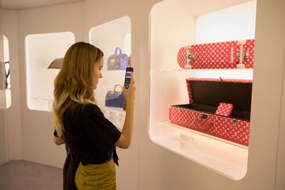 ad4a17fee Video thumbnail for Visitamos la exposición Time Capsule de Louis Vuitton