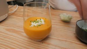 Crema de calabaza y zanahorias con nueces y curry