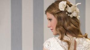 Recogido floral para novias de primavera-verano