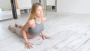 Yoga en casa: Postura de la cobra y postura del perro boca arriba