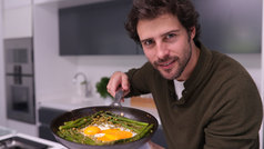Nido de espárragos con huevo y guisantes, por Javier Cocheteux