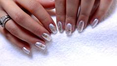 Uñas blancas con toque glitter