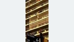 AR-Nene cuelga de un balcon y es rescataod por vecinos de Rosario